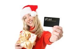 kvinna för holding för gåva för kortkreditering etc. Royaltyfria Bilder