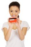 kvinna för holding för kortkreditering lycklig royaltyfri bild