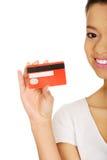 kvinna för holding för kortkreditering lycklig arkivfoton