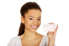 kvinna för holding för kortkreditering lycklig arkivbild