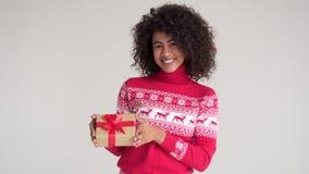 kvinna för holding för julgåva lycklig stock video