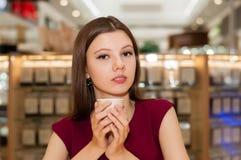 kvinna för holding för kaffekopp Arkivfoton
