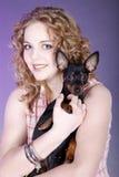 kvinna för holding s för hundframsidafokus liten arkivbild