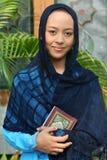 kvinna för holdingmuslimqur arkivbild