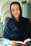 kvinna för holdingmuslimqur royaltyfria bilder