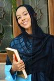 kvinna för holdingmuslimqur arkivfoton