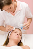 kvinna för hud för omsorgscleaningframsida arkivfoton