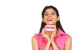 kvinna för indier för kortkrediteringsholding arkivbild