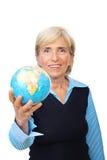 kvinna för jordklothållpensionär Fotografering för Bildbyråer