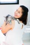 kvinna för kattcoonmaine silver Arkivbild
