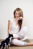 kvinna för kattcoonmaine silver Fotografering för Bildbyråer