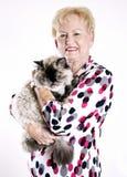 kvinna för kattholdingpensionär Royaltyfria Foton