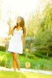 kvinna för klänningfjädersommar Royaltyfria Bilder