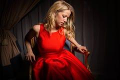 kvinna för klänningståendered Royaltyfri Foto