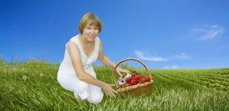 kvinna för korgfältjordgubbar Royaltyfri Bild