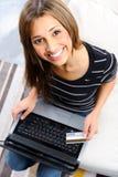 kvinna för kortkrediteringsbärbar dator Arkivbilder