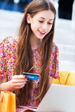 kvinna för kortkrediteringsbärbar dator arkivfoto