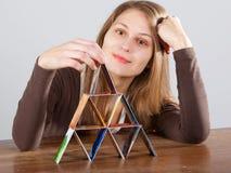 kvinna för kortkrediteringspyramid Arkivfoton