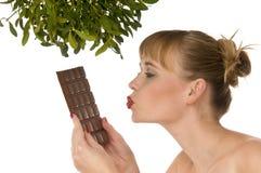 kvinna för kyssande mistletoe för choklad naken under arkivbild
