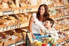 kvinna för lager för barnlivsmedelsbutikshopping arkivfoto