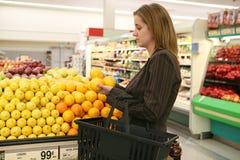 kvinna för livsmedelsbutikshoppinglager Royaltyfri Bild