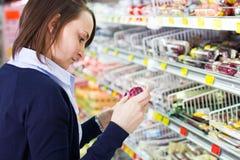 kvinna för livsmedelsbutikshoppinglager Fotografering för Bildbyråer
