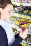kvinna för livsmedelsbutikshoppinglager Royaltyfri Foto