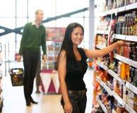 kvinna för livsmedelsbutikståendelager Arkivfoton