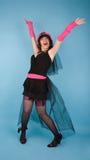 kvinna för lycklig hatt för klänning posera Arkivbild