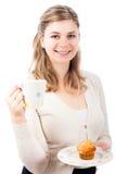 kvinna för lycklig muffin för kopp söt Royaltyfri Bild