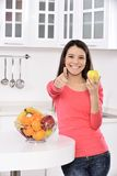kvinna för lycklig sund livsstil för äpple le arkivbild