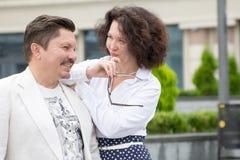 Kvinna för man för par för affärsstilkontor medelålders utomhus arkivbild