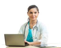 Kvinna för medicinsk doktor som arbetar med datoren Isolerat över vitbakgrund royaltyfri foto
