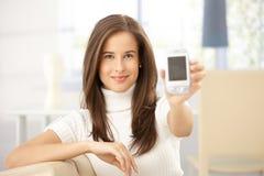 kvinna för mobiltelefonholdingstående Arkivbilder