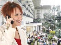 kvinna för mobiltelefonhotellopryland Royaltyfri Foto