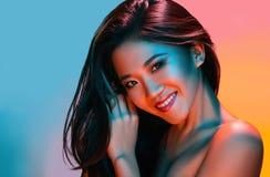 Kvinna för modell för högt mode i färgrika ljusa ljus som poserar i studio royaltyfria foton