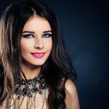 kvinna för modemodell gullig framsida Lockigt hår, makeup Royaltyfri Bild