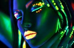 Kvinna för modemodell i neonljus Härlig modellflicka med färgrik fluorescerande makeup arkivbilder
