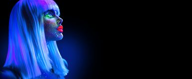 Kvinna för modemodell i neonljus Härlig modellflicka med färgrik ljus fluorescerande makeup som isoleras på svart ultraviolett royaltyfria bilder