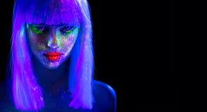 Kvinna för modemodell i neonljus Härlig modellflicka med färgrik ljus fluorescerande makeup som isoleras på svart ultraviolett royaltyfri bild