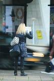 kvinna för morgontidningsavläsning Royaltyfria Bilder