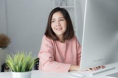 Kvinna för ny generationasiataffär som använder datoren, asiatisk wome arkivfoto