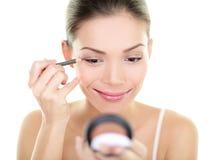 Kvinna för omsorg för skönhet för eyelinerögonmakeup - asiatisk flicka Royaltyfria Bilder
