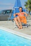 kvinna för pareo för strandbikinistol sittande royaltyfria foton