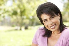 kvinna för parkståendepensionär arkivbild