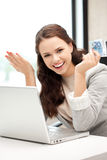 kvinna för pengar för kontant datoreuro lycklig Fotografering för Bildbyråer