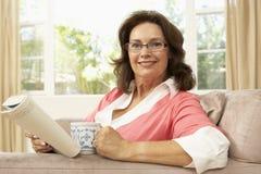 kvinna för pensionär för avläsning för bokdrinkutgångspunkt Royaltyfria Foton
