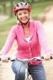 kvinna för pensionär för cykelparkridning royaltyfria bilder