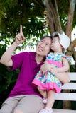 kvinna för pensionär för park för dotterfokusmoder Royaltyfria Bilder