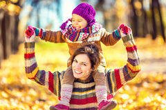 kvinna för pensionär för park för dotterfokusmoder Arkivfoton